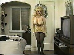 Danni ashe saca su sujetador y la falda mostrando pantys