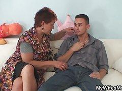 Hitomi recibe un masaje aceitoso de otra chica